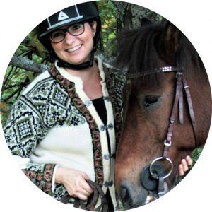 Toiminnanohjaaja Meri Toivanen hevosen vieressä