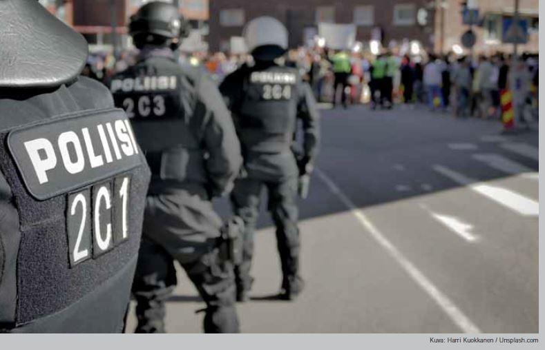 Poliiseja turvaamassa rauhaa